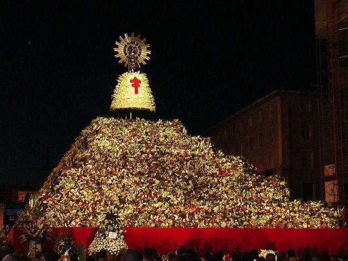 Ofrenda a la Virgen del Pilar en Zaragoza