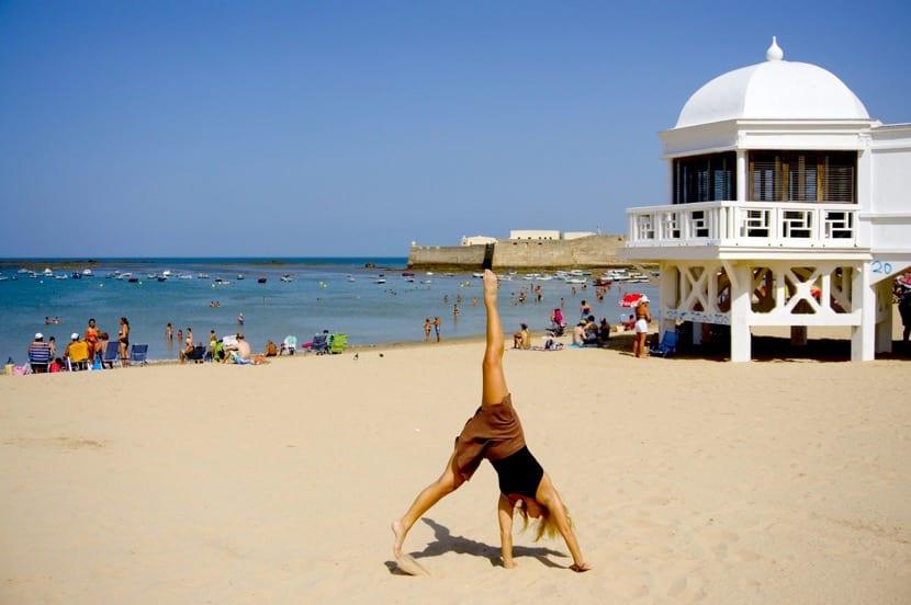 chica en la playa trabajando
