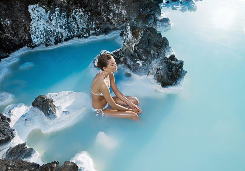 chica disfrutando de la laguna azul en islandia