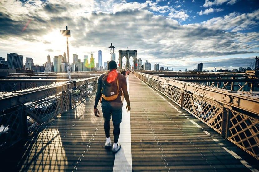 hombre que viaja y camina solo