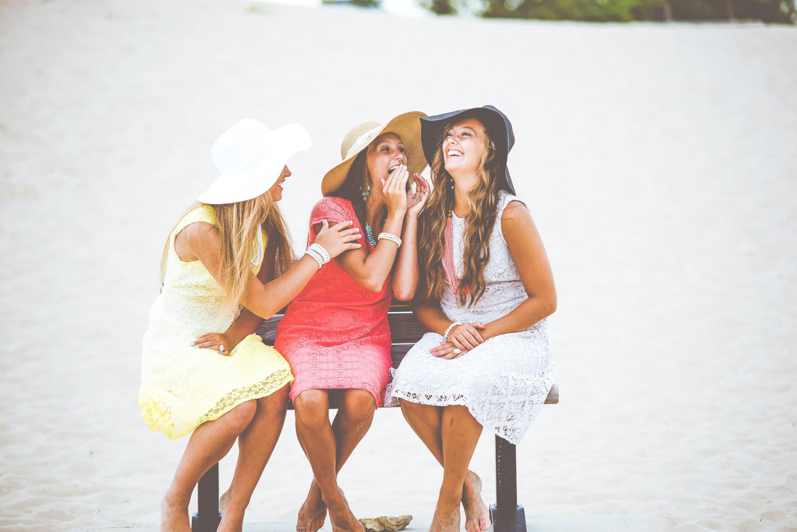 chicas felices por aprender idiomas en sus viajes